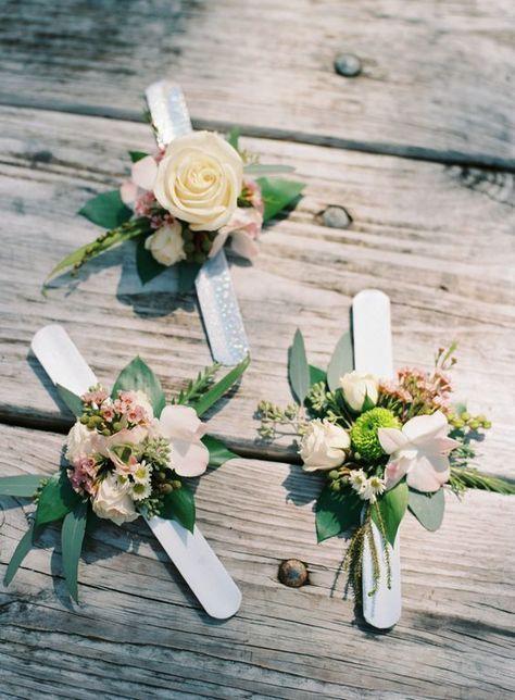 In questa foto tre corsage floreali realizzati con lo slap bracelet