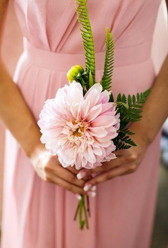 In questa foto una damigella di matrimonio tiene tra le mani un bouquet monofiore