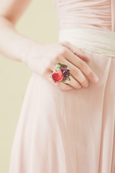 In questa foto una damigella ha al suo anulare destro un anello fatto con piccoli boccioli di fiori