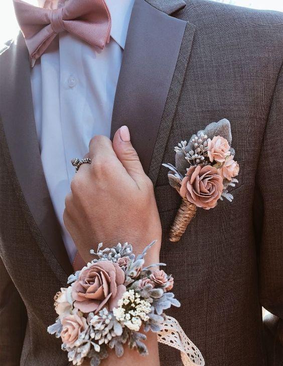 In questa foto un corsage per damigella e la boutonniere per il testimone uguali