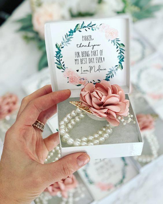 In questa foto un corsage floreale realizzato su un bracciale di perle