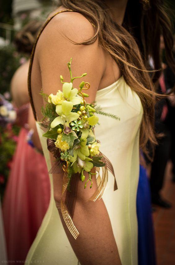 In questa foto una damigella porta il suo corsage floreale sul braccio, invece che al polso