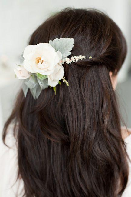 In questa foto una damigella della sposa con un fermaglio floreale tra i capelli