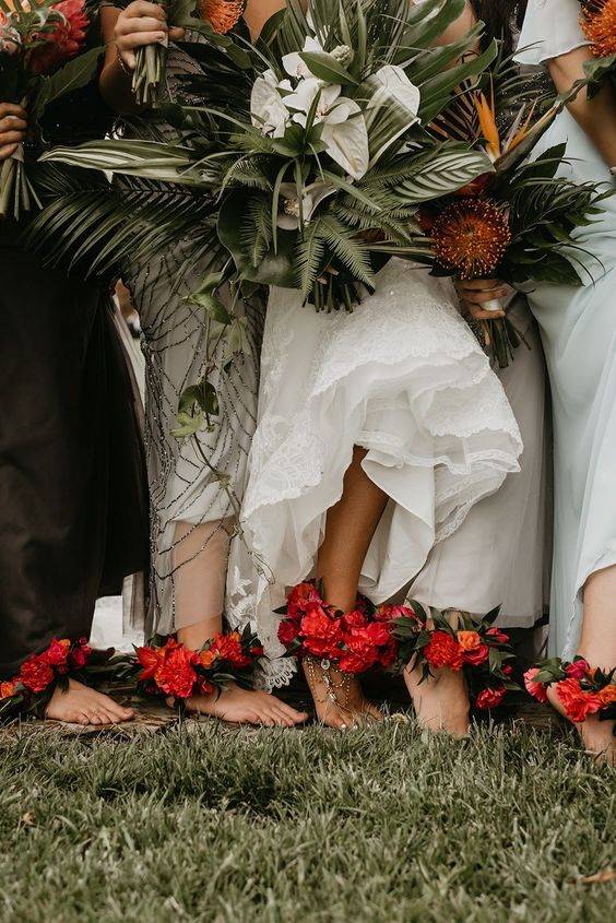 In questa foto sposa e damigelle indossano cavigliere floreali e tengono i loro bouquet tra le mani