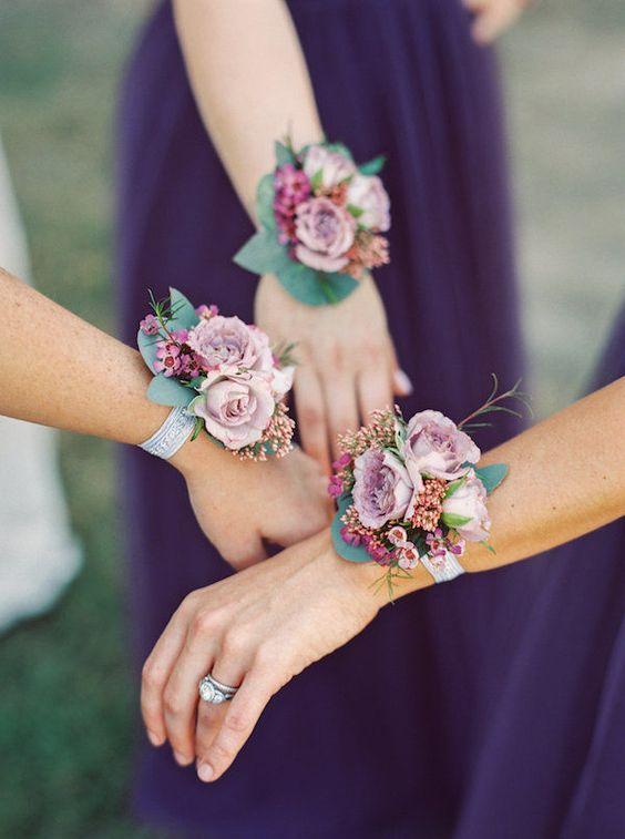 In questa foto tre damigelle con braccialetti floreali al polso