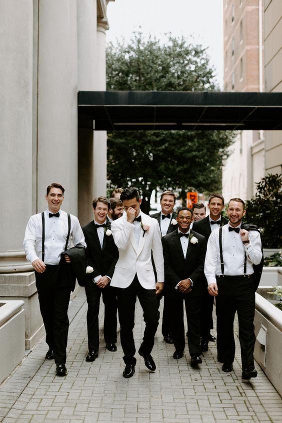 In questa foto uno sposo insieme ai suoi testimoni, il Groom's Team