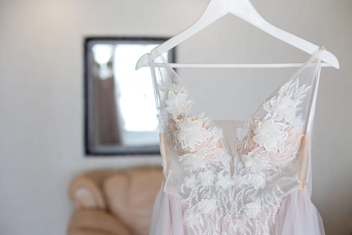 In questa foto un abito da sposa appeso ad una gruccia