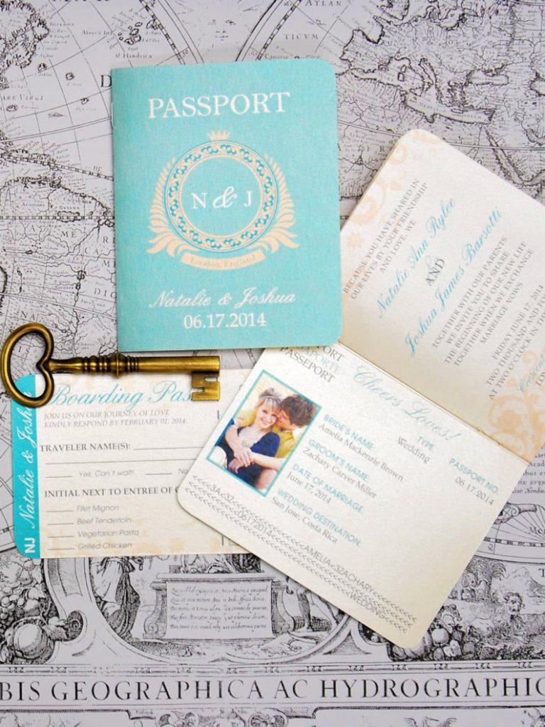 In questa foto partecipazioni a forma di passaporto colore Tiffany per un matrimonio a tema viaggio. Nelle partecipazioni sono inseriti i nomi degli sposi, una loro foto e le informazioni del ricevimento
