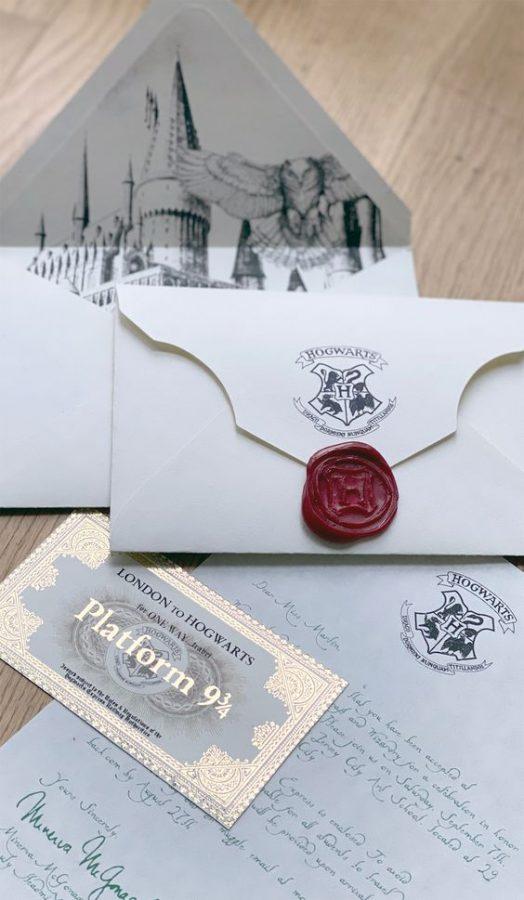 In questa foto partecipazioni di nozze come lettere d'ammissione alla Scuola di Magia e Stregoneria di Hogwarts