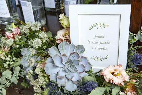 In questa foto un tableau mariage con piante, fiori e succulente ideale per un matrimonio a tema green