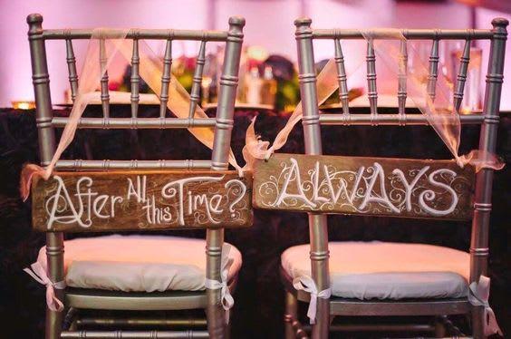 """In questa foto le sedie degli sposi per un matrimonio a tema Harry Potter riportano la frase """"After all this time? Always"""" (Dopo tutto questo tempo? Sempre)"""