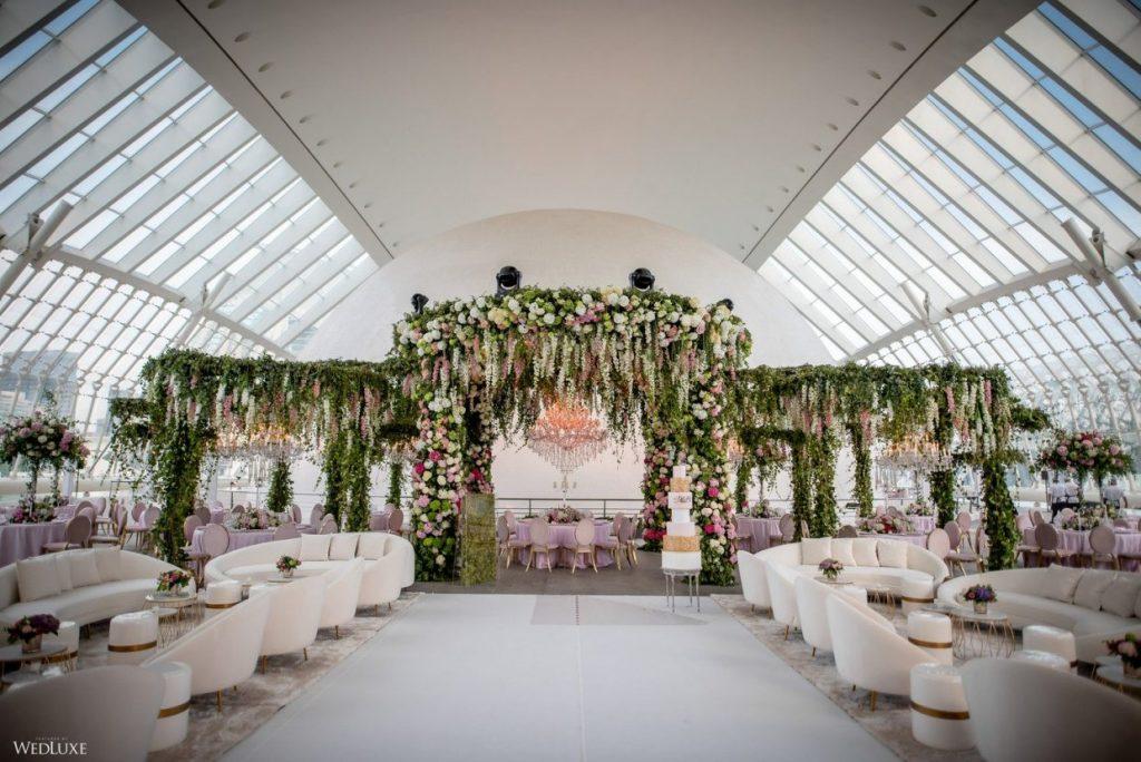 In questa foto un allestimento un arco di fiori allestito in una location urbana per la celebrazione di un matrimonio