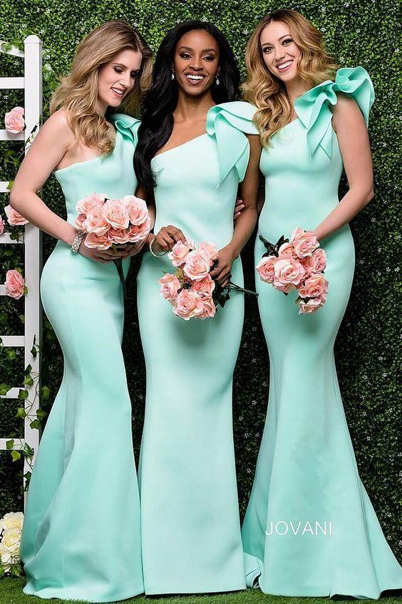 In questa foto tre damigelle indossano lo stesso abito monospalla a sirena color Tiffany