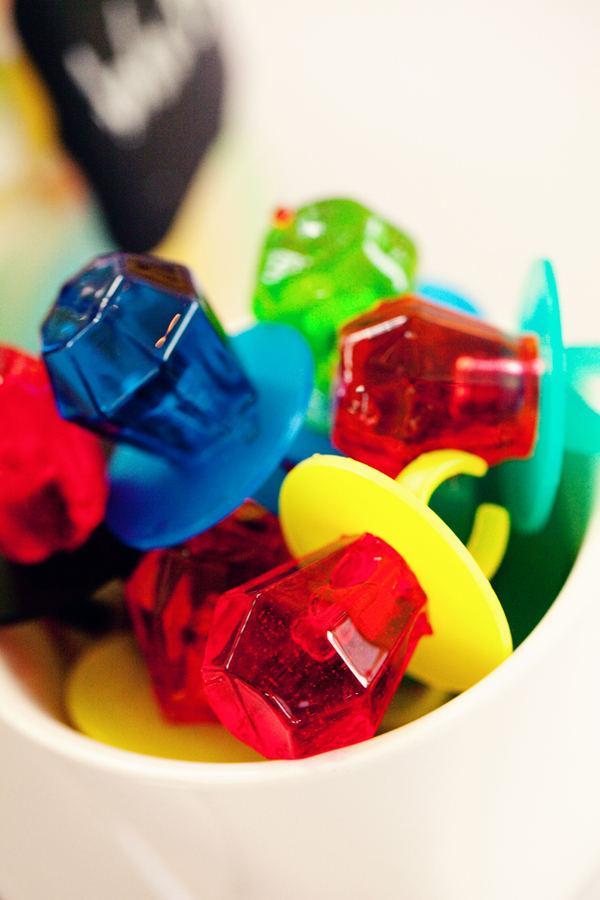 In questa foto anelli di caramelle, perfetti per uno sweet table anni 90