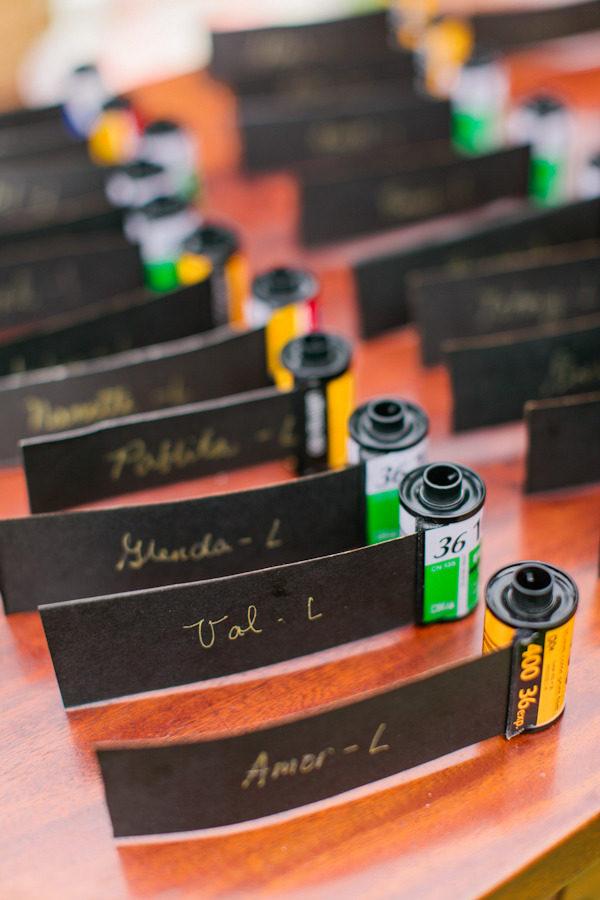 In questa foto delle escort card inserite in rullini fotografici con i nomi di ogni ospite, perfette per un matrimonio a tema anni 90