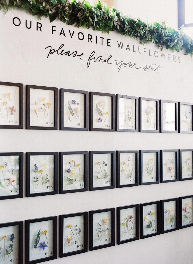 In questa foto un tableau mariage a tema fiori con quadretti con fiorellini secchi