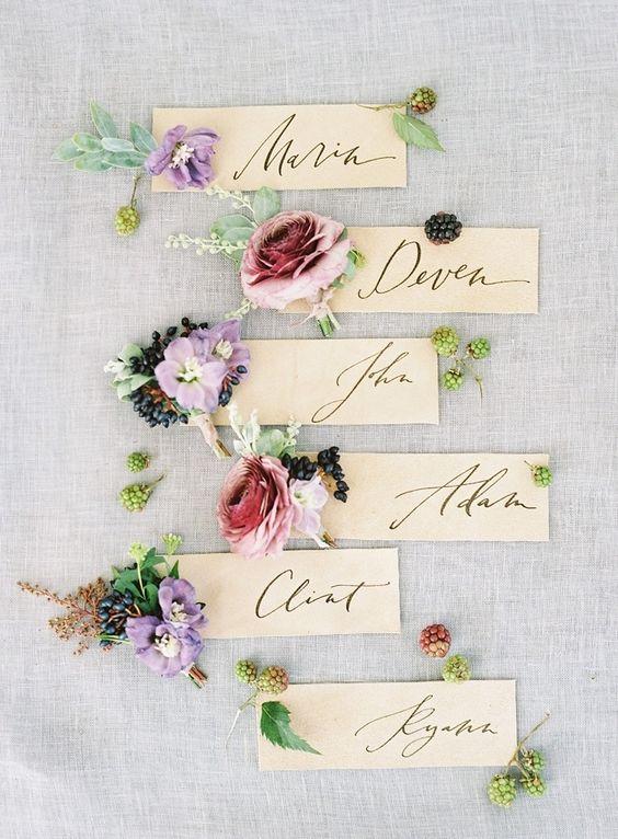 In questa foto segnaposto per un matrimonio a tema fiori