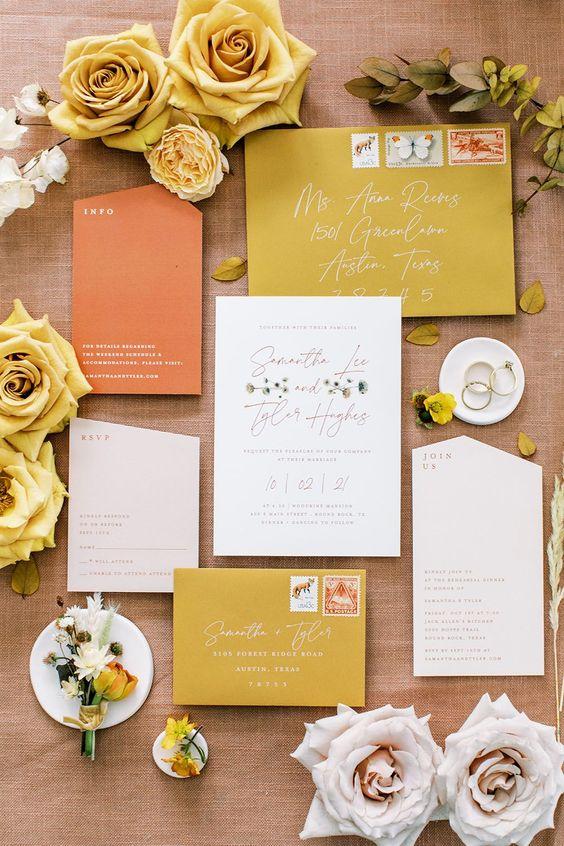 In questa foto una wedding stationery, cioè il coordinato degli elementi cartacei del matrimonio, nei colori del giallo ocra e del mattone, ideale per nozze autunnali