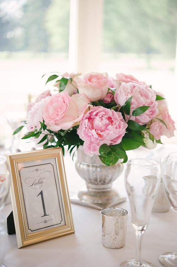 In questa foto un centrotavola matrimonio con peonie rosa in un vaso dorato