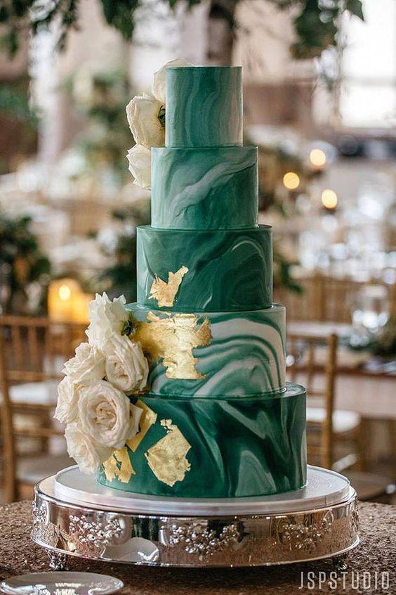 In questa foto una marble cake, cioè una torta nuziale con effetto marmoreo, perfetta per un matrimonio a tema colore verde