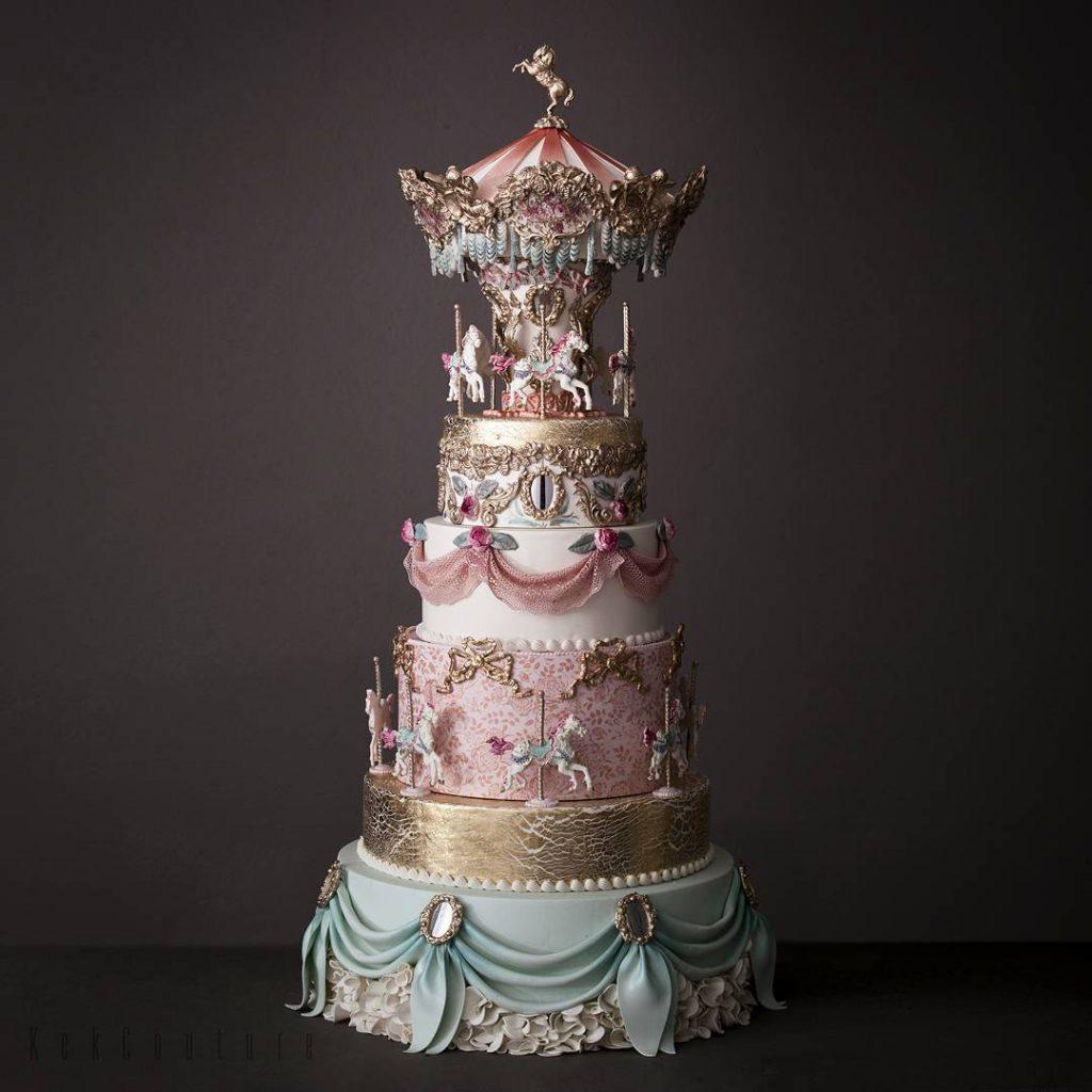 In questa foto una torta matrimoniale che riprende la forma di un carosello
