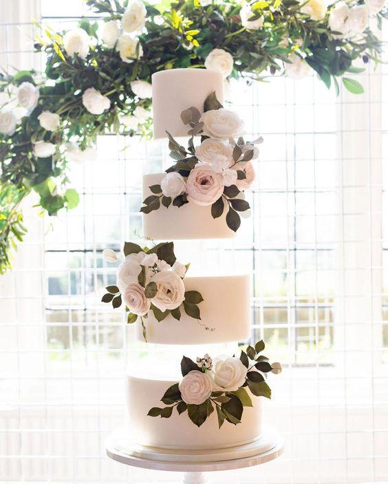 In questa foto una torta nuziale a 4 piani che, per un effetto ottico, sembrano staccati gli uni dagli altri