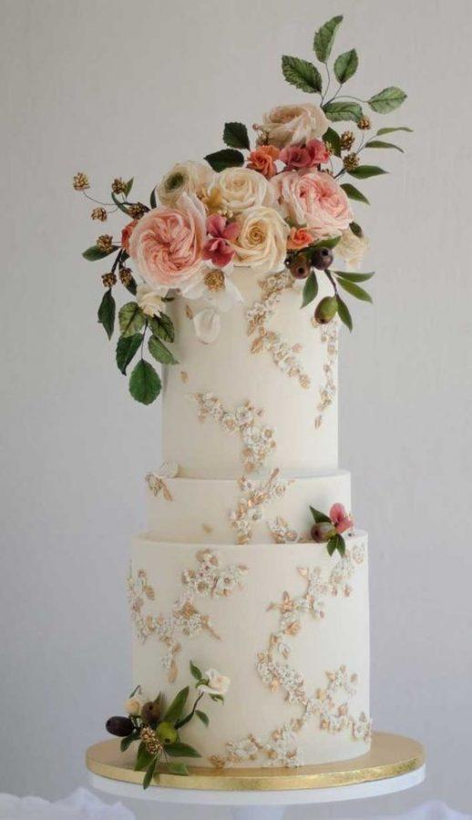 In questa foto una torta per matrimonio all'americana a 3 piani decorata con fiori freschi