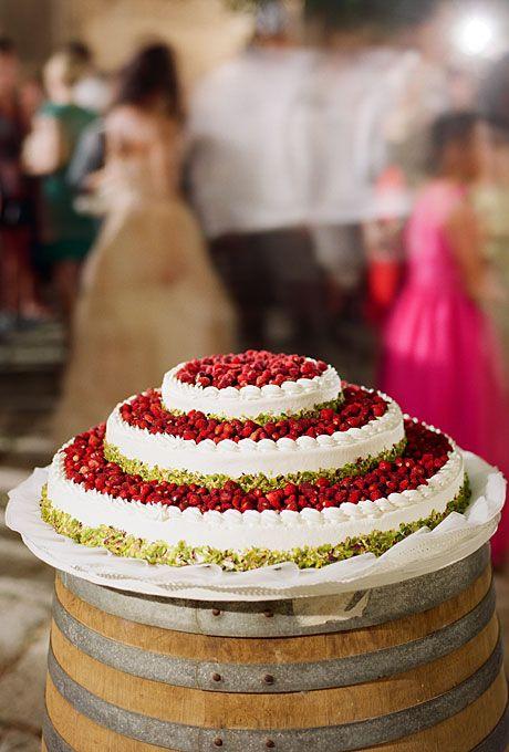 In questa foto una torta per matrimonio alla cappelliera con panna e fragoline