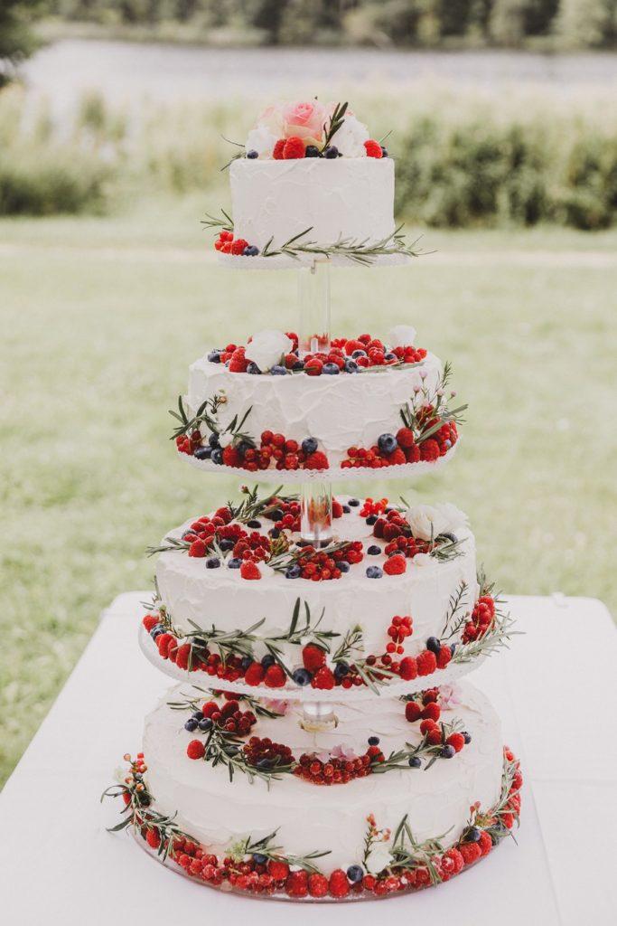 In questa foto una torta nuziale all'inglese: è composta da 4 piani, ricoperti di panna e frutti di bosco