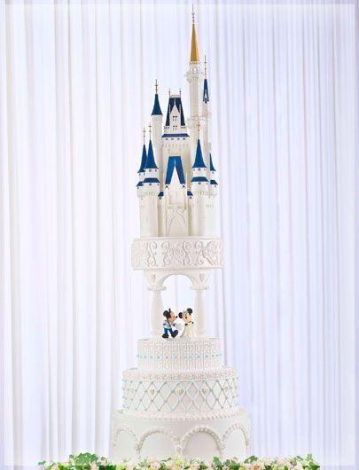 In questa foto una torta nuziale a forma di castello della Disney, con topolino e minnie vestiti da sposi