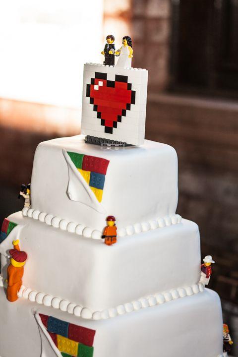 In questa foto una torta a tema lego con due minifigures come sposi