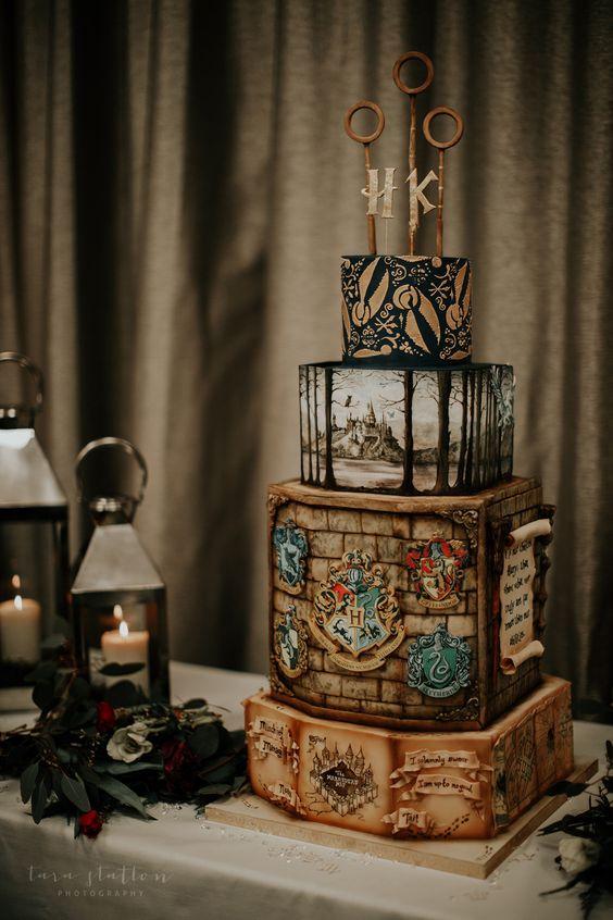 In questa foto una torta nuziale a tema Harry Potter