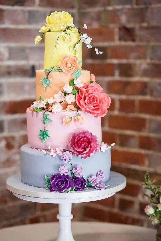In questa foto una Rainbow Cake: ognuno dei 4 piani della torta è realizzato in colore diverso