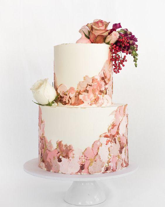 In questa foto una torta al burro decorata con pennellate di colore
