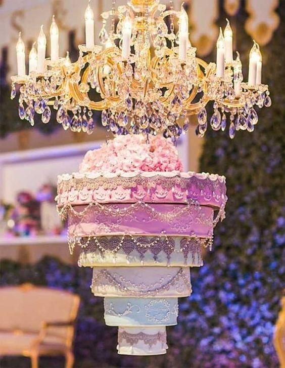 In questa foto una torta di matrimonio appesa, che scende dal tetto come un lampadario