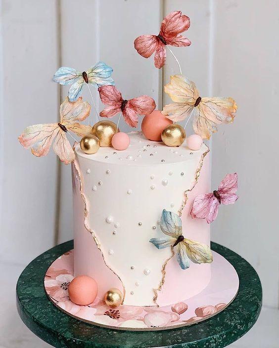 In questa foto una torta nuziale con farfalle in 3D