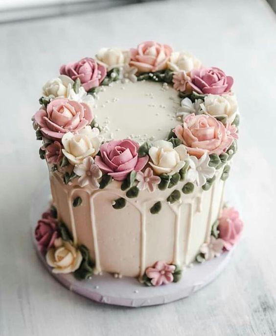 In questa foto una torta di matrimonio ad un piano, con fiori realizzati in crema ed effetto gocciolante