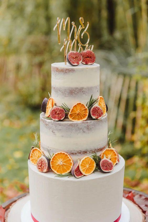 In questa foto una torta nuziale decorata con frutti