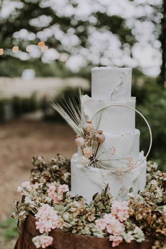 In questa foto una torta nuziale decorata con un hula hoop e fiori