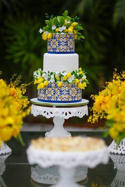 In questa foto una torta nuziale in stile sorrentino, con maioliche e limoni