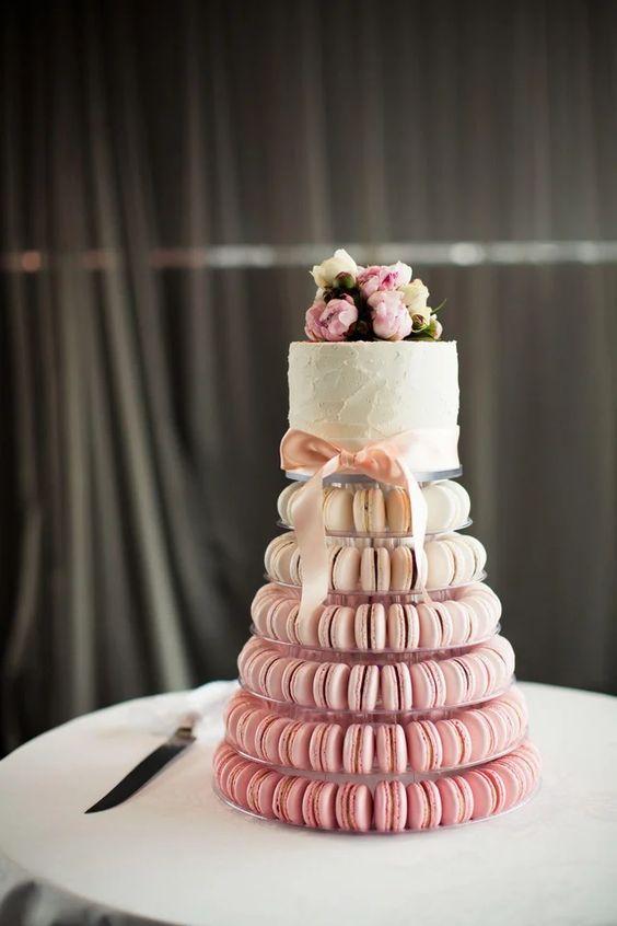 In questa foto una torta di matrimonio con piani realizzati con macarons