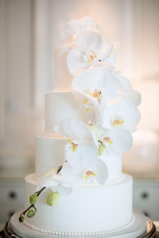 In questa foto una torta nuziale decorata con orchidee vere