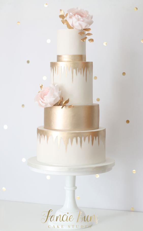 In questa foto una Drip Cake nei colori panna e oro