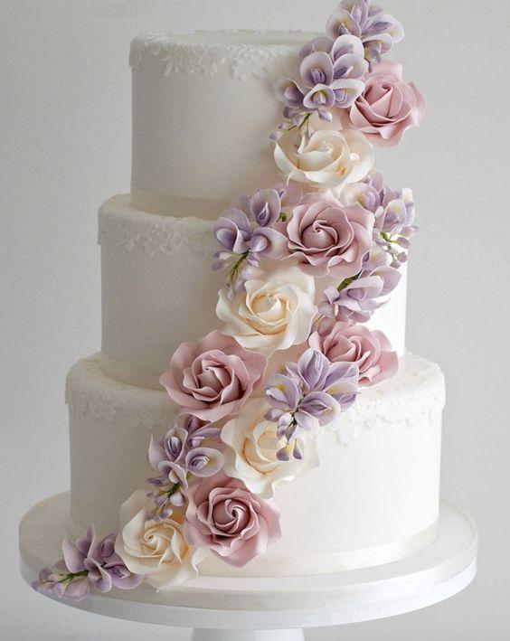In questa foto una torta per matrimonio decorata con fiori in pasta di zucchero