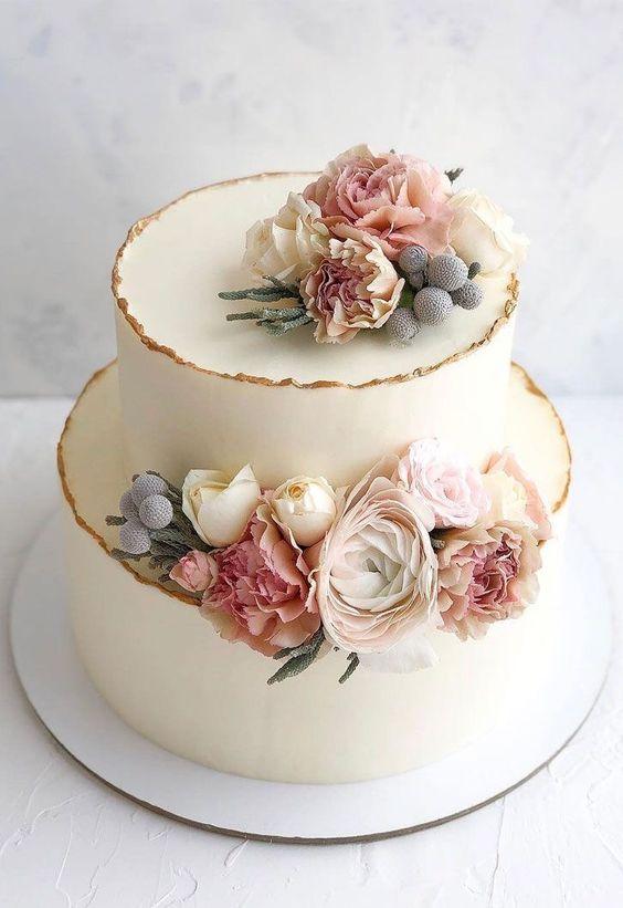 In questa foto una torta floreale a due piani