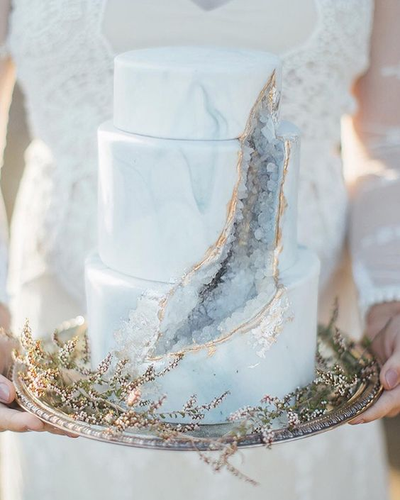 In questa foto una Geode Cake, la torta di matrimonio con lo squarcio
