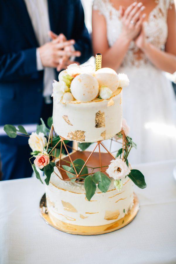 In questa foto una torta di matrimonio a 3 piani: quello centrale è occupato da una struttura geometrica brushstroke cake, la torta con le pennellate 3D