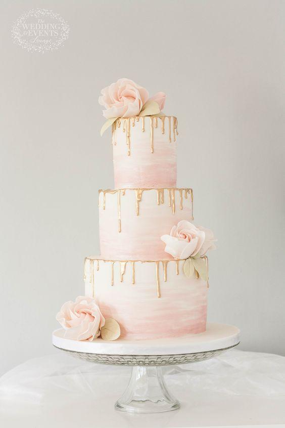 In questa foto una Drip Cake per matrimonio: la torta è a 3 piani, nei toni del rosa tenue e con le gocce color oro
