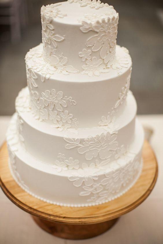 In questa foto un'altra torta nuziale a più piani con decorazioni che ricordano le lavorazioni del pizzo