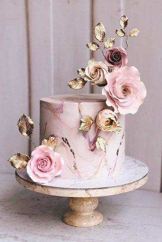 In questa foto una torta dall'effetto marmorizzato color rosa e oro